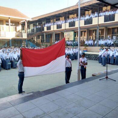 Upacara Penaikan Bendera hari Senin